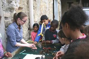 Nettoyage de céramiques découvertes lors de fouilles archéologiques